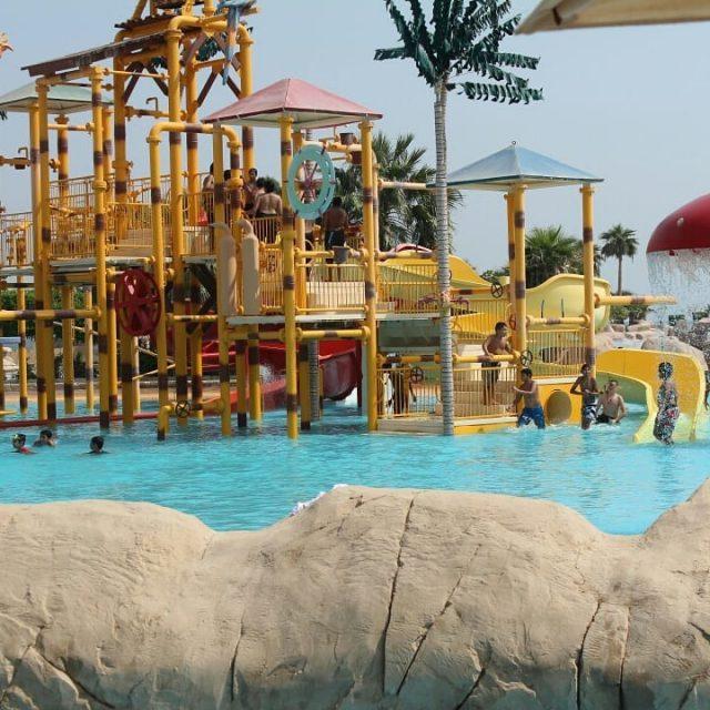 حديقة الألعاب المائية في شاطئ الغروب بالخبر
