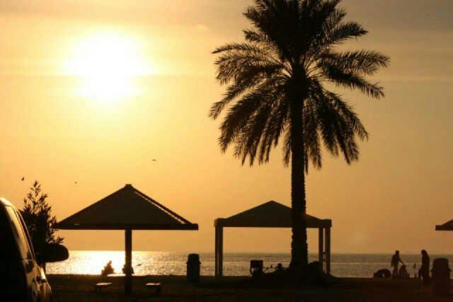 شاطئ نصف القمر السعودية