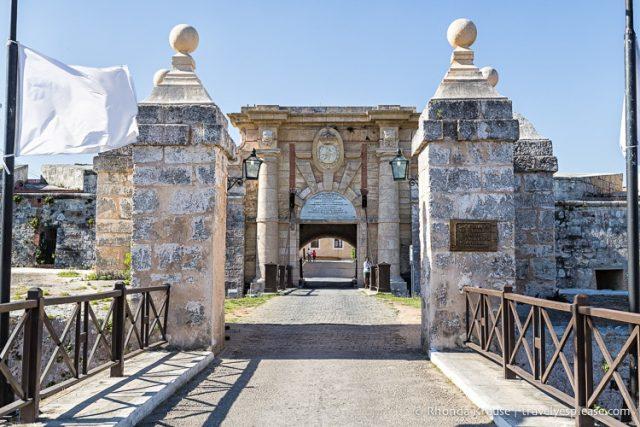 حصن Fortaleza de San Carlos de la Cabana